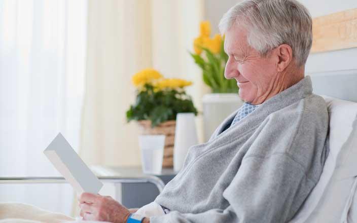 Paciente sonriente leyendo una nota de recuperación