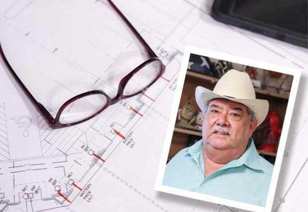 Mesa con gafas y la foto de un hombre con sombrero (Eduardo Valls Jr.)