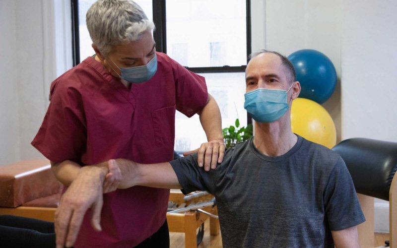 Fisioterapeuta trabajando con el paciente